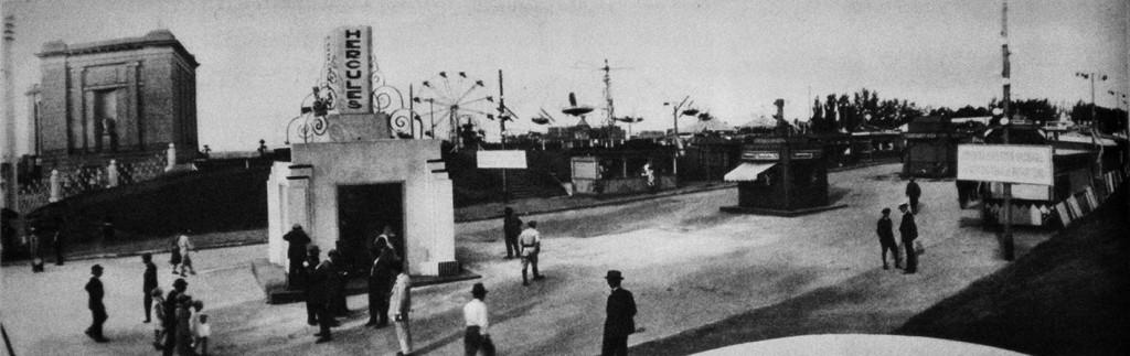 Vista general del predio de la Exposición Nacional de Industria y Comercio; arriba a la izquierda se observa el edificio del Museo Prov. de Bellas Artes. La Nación, 13 de diciembre de 1931.
