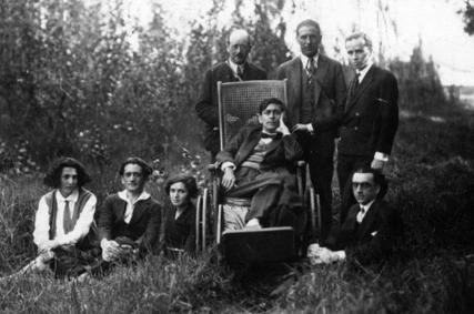 """José Carlos Mariátegui en el """"Parque de la Reserva"""". Lo rodean, de izquierda a derecha: José Malanca, Nomi Mulstein, Miguel Adler, Amalia de Mariátegui (madre), Juanita (empleada), José Carlos (hijo), Amalia Cavero (sobrina), Sandro y Sigfrido (hijos), Lima, 1929. [fte: http://www.yachay.com.pe/especiales/mariategui/BDM/Icono/index.htm]"""